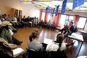 Foto: NICK BLACKMON Utbildningsdag om EU. I går fick avgångseleverna på bygg- och omvårdnadsprogrammen på Bessemer delta i olika rollspel för att lära sig mer om EU. Bessemer deltar som enda skola i länet i i EU-stafetten, EU 2004-kommitténs kampanj för EU:s framtidsfrågor.