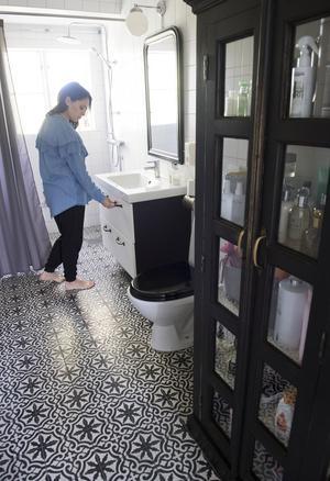 Toaletten på övervåningen har precis som den på nedre plan en marockansk touch, med klinkerplattor köpta i Marrakech. Handtagen på lådorna under handfatet är i 1920-talsstil.