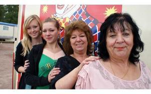 Fyra generationer kvinnor i cirkusfamiljen Scholl. Från vänster Amanda Bransell, faster Nadine Scholl, farmor Manuela Scholl, och gammelfarmor Monica Scholl.FOTO: CHARLOTTA RÅDMAN FRANS