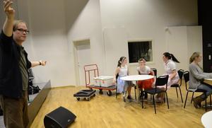 Teaterläraren Stefan Jansson ger direktiv hur skådespelarna ska röra sig på scenen.