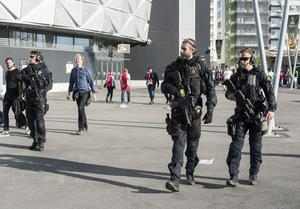 Polisbevakning utanför Friends Arena inför finalen i Europa League finalen mellan Ajax Amsterdam och Manchester United.