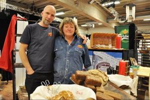 Gunnar Sundberg och Catarina Hellström från Lilla Hovdes stenugnsbageri sålde bröd i stora lass.