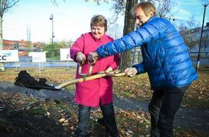 Pelle Lundgren, Jämtlands Gymnasieförbund, och AnnSofie Andersson (S), kommunalråd, tog första spadtaget.