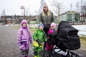 – Det här betyder mycket för Söderhamn.  Det är också kul att det händer något, säger Sofie Holm. Här med Sofie Holm med Emma, Rio och Enya. I vagnen ligger Alba.