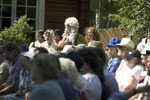 Folkfest. Drygt femhundra personer hade samlats vid Svedens gård på eftermiddagen. De bjöds på en glimt av det förflutna.