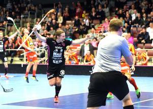 Simon Cederström jublar efter 2–0, snyggt assisterad av Martin Tokos.