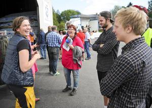 Eva Arvidsson, i rosa tröja, är nybliven skogsägare och tog tillfället i akt att se vad som händer med den råvara hon säljer till sågen.