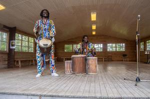 Afrikanska danser och trummor tillsammas med Ibrahima Gaye och Ibrahima Ndiang