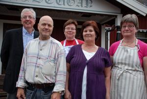 Anders Ivars, Ove Pettersson, Gun-Britt Ivars, Susanne Hobisch och Inga-Britt Wallner medarbetare i ViKan, det sociala företaget i Vikarbyn.