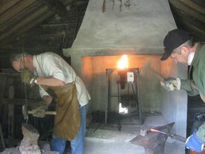 Torsten och Kjell Eriksson smider järn i smedjan.