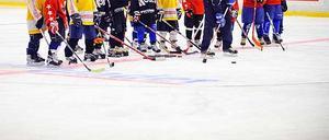 Förhoppningsfulla små hockeyspelare. En mamma beskriver vad som kan hända en åttaåring, fyra år efter första skridskoskolan.