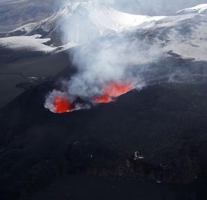 """FLÖG ÖVER. I ett pyttelitet, gammalt cessnaplan flög Erik Berglin över Eyjafjallajökull när vulkanen hade sitt första utbrott. """"Det var läskigt, men en fantastisk upplevelse"""", säger han.  Foto: Erik Berglin"""