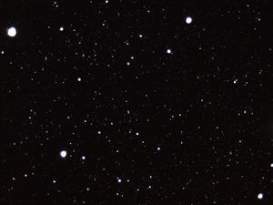 Vid det ymniga snöfallet söndagen den 18 december riktade jag kameran rakt upp mot den mörka natthimlen och fallande snöflingor och tog en blixtbild. Bilden visade sig kunna ge en betraktare med fantasi en hisnande känsla av en snabb resa bland galaxer och stjärnor!