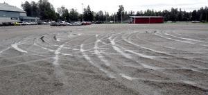Grusplanen vid Forsparken i Alfta är ingen upplyftande syn efter att den körts sönder av sladdande bilar.
