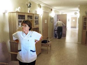 Med 24 år inom vården har Erika Armijo, 54 år, börjat känna sig trött. I dagsläget kan hon tänka sig att jobba till 63, men inte längre. Samtidigt förstår hon inte varför personer inom tunga yrken ska tvingas jobba längre.– Det här är ett psykiskt och fysiskt påfrestande jobb. Vi orkar inte jobba för länge.