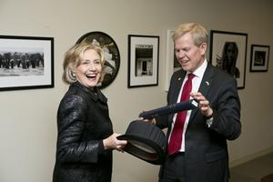 Hillary Clinton träffade ambassadör Björn Lyrvall vid the Clinton Foundation i New York 2014.