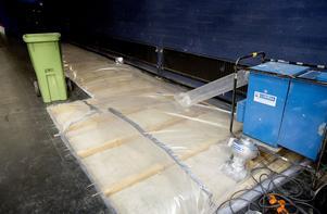 Delar av teaterns scengolv har skadats av inträngande vatten och måste bytas ut.