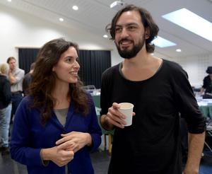 Skådespelarna Ana Gil de Melo Nascimento (skådespelare 2/Marcella/soldat) och Danilo Bejarano (Hamlets farbror och styvfar Claudius).