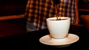 Regeringens förslag om sänkta arbetsgivaravgifter syftar till att fler personer med enskild firma, som små kaféer, ska våga anställa.