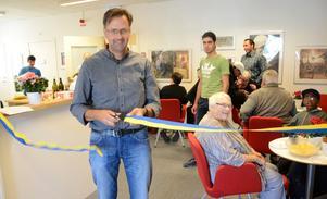 Ett klipp. Mötet mellan människor är viktigast av allt säger Peter Zetterman inom ABF som höll i saxen när nya lokaler invigdes i Kopparberg.