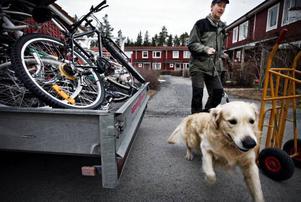 """Ove Wengfelts golden retrieverhanne """"Nimbus"""" deltog på sitt sätt i cykellastandet. Lars Hallbergs lilla """"Bessie"""", en australisk terrier, satt kvar i baksätet i bilen. """"Hon är vår revisor"""", skrattade Lars."""