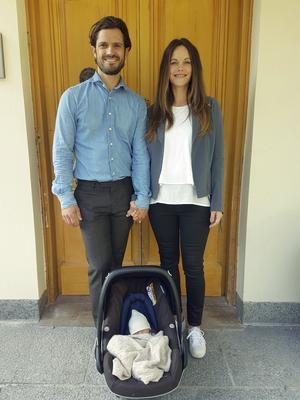 Bild på prinsfamiljen när de kom hem till Villa Solbacken.