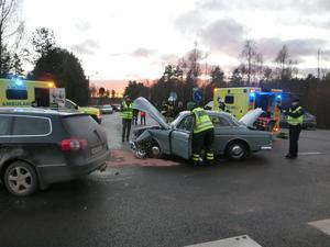 En kvinna, i en äldre bil, skadades allvarligt vid en frontalkrock i samband med en vänstersväng på riksväg 70 utanför Mora. Foto: Mora Brandkår