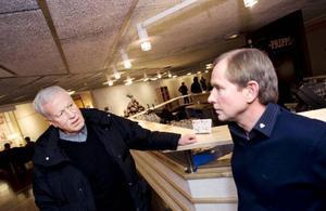 """""""Milko ensamt kan nog inte klara Mjölkhandslaget"""", spår Lasse Berg, medlemsadministratör och Håkan Nilsson, mjölkproducent i Ås och ordförande för Milko Västra Jämtland. Fler mejerier måste gå ihop om det, tror de.Foto: Håkan Luthman"""