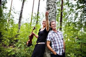 GÄSTAR DROTTNINGEN.  Lena Willemark och Olle Persson, två av musikerna som uppträder på den 25:e Kammarmusikfestivalen i Sandviken. Återstår att se om de blir de sista musikerna som gästar Kammarmusikfestivalen, vars bidrag från kommunen är hotat. I höst kommer beskedet om festivalens framtid.