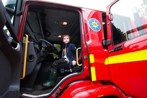 Öppet hus hos räddningstjänsten i Fagersta. André Pettersson, sju år, testade att sitta bakom ratten. Han vill gärna bli brandman.