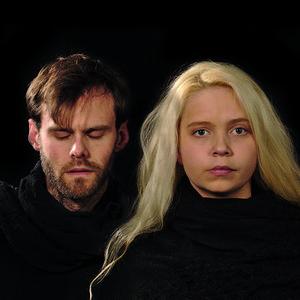 Magnus Bergman (som skrivit musiken) och Saga Björling sjunger i Natten som finns i två versioner.