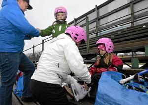 Skridskor på. Systrarna Maja och Emely Broman får hjälp med skridskor och vantar av mamma och pappa Cecilia och Svante Broman.