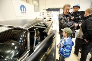 Uno Köpsèn från Valla står med barnbarnen Loke och Alexander Köpsèn vid bilen som han har byggt tillsammans med sin son, en trimmad Chrysler Saratoga från 1957. Bilen har nästan 400 hästkrafter och verkade gå hem hos besökarna på mässan.