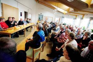 Torvalla hälsocentral riskerar att bli filial till Brunflo. Med anledning av det mötte politikerna upp för att svara på de boendes frågor i Torvalla kyrka, i går.
