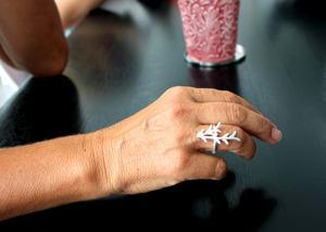 Camilla designar smycken i återvunnet silver.
