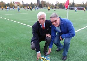 Björn Bettner och Åke Knutz invigde konstgräsplanen på Prästholmen.