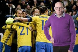 Svensk glädje efter att Zlatan Ibrahimovic hade gjort 2-0 på straff. Det är de här bilderna som laget måste frammana inför returen och fortsätta spela offensivt. Våga och inte fegspela utifrån sin bräckliga ledning.