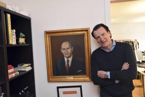 David Häggström vid en tavla av sin farfar, Gottfrid, som en gång startade företaget.