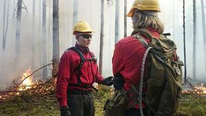 Olle Olofssons kollega Linus Jönsson är en av flera särskilt utbildade skogsbrandmän som tjänstgör vid skogsbranden i Västmanland.