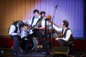 Peter Jezewski, i mitten, rockar med sitt band i showen