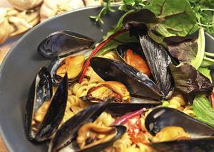 Vitlöksdoftande musselpasta ser lyxig ut med sina uppstickande skal. Dessutom lättare att laga än man kan tro.    Foto: Dan Strandqvist