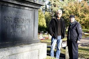 GRUNDARE. Brukspatron Eriksson har en av de pampigaste gravarna på kyrkogården. Det var han som lät anlägga Hofors kyrkogård som i år fyller 100 år. Åke Söderblom från hembygdsgården och Jan Liljenberg, kyrkogårdschef guidade Arbetarbladet runt bland gravarna.
