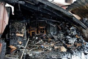 Förkolnader brandrester påminner om tisdagens dramatik; inget gick att rädda av Lyransgården.