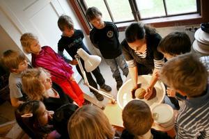 Keramikern Anna Åslund drejade en kopp så att barnen blev mäkta imponerade. Från en oformlig klump till något som går att dricka ur.
