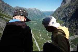 Den hår bilden tog vi när vi var i Norge och åkte nu i somras. Det var strålande sol och hade kommit lite nysnö på de högsta topparna. Jag tycker det är en sån härligt storslagen natur och grabbarna ser nästan inklippta ut, men de sitter bakom en glasruta på en utsiktsplats. det var en hissnande känsla att sitta vid rutan för det stupade rakt ner utanför rutan.