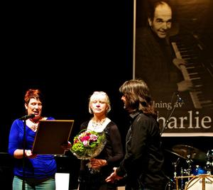 Här ses Robert Wells 2011 få ta emot Charlie Normans hederspris. Prisutdelare var kommunalrådet Maria Strömkvist och kultursekreteraren Gigi Karlestedt.