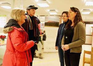 Rosemarie Tenenbaum och hennes son Sebastian Tenenbaum besökte lättakuten på hälsocentralen i Sveg. Här träffar de Eva Bjurström och Maria Carlund vilka var ute och samlade in besökarnas åsikter om det nya initiativet.