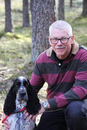 Spårhunden Allis och Håkan Stenman från Sunnansjö tävlar i SM i början av augusti.