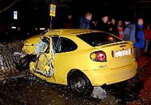 Foto: MATHIAS FORSLÖF Vansinnesfärd. Under lördagsnatten körde en bil in på Maxgrillens parkeringsplats vid Norrtull och kolliderade med en parkerad bil i hög hastighet. Ägaren till bilen som blev påkörd befann sig lyckligtvis inte i fordonet vid kollisionen men blev chockad av händelsen.