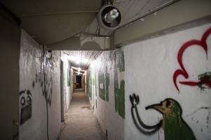 Djäknebergets skyddsrum är mycket trängre än det rymliga Mariaberget. Graffiti på väggarna avslöjar objudna besökare.